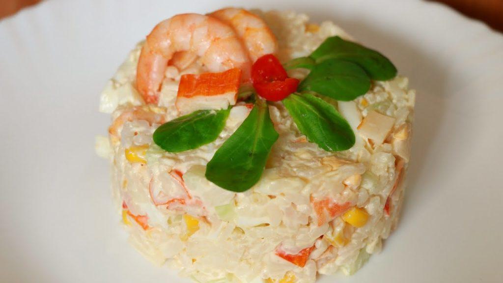 Вкусный «Морской» салат с крабовыми палочками и креветками фото