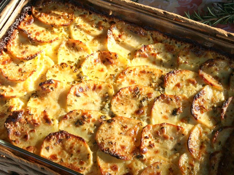 Запечённый картофель со сметаной и сыром фото