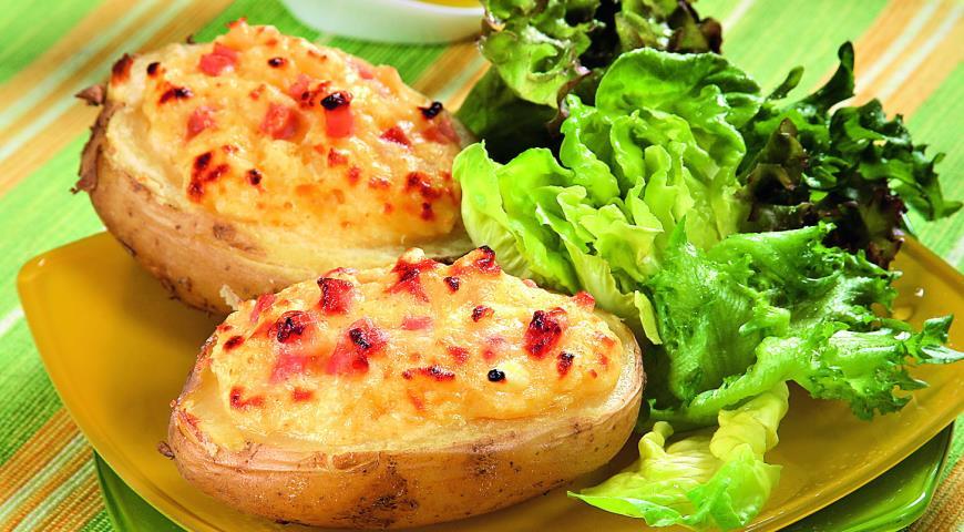 Запечённый картофель с яйцом, сыром и беконом фото