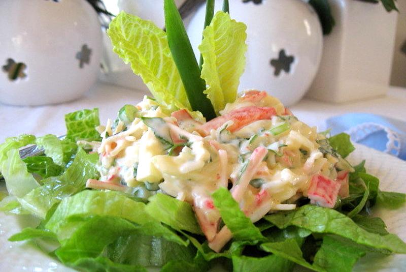 Крабовый салат с кукурузой и зеленым яблоком фото