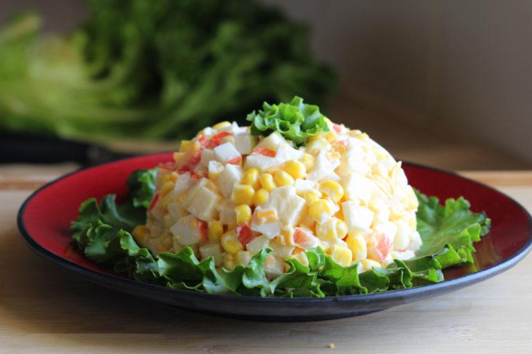 Салат с крабовыми палочками и кукурузой по классическому рецепту фото