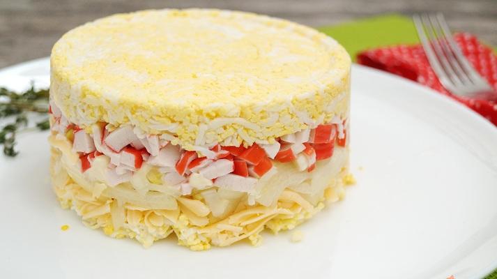 Слоеный крабовый салат «Ленинградский» фото