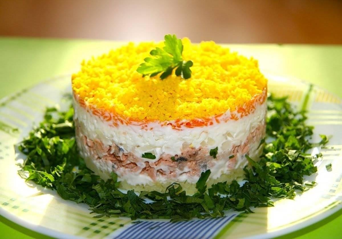 Слоеный салат с консервированной горбушей, сыром и яйцами фото