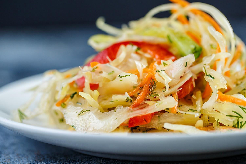 «Летний» салат с яйцом и болгарским перцем фото