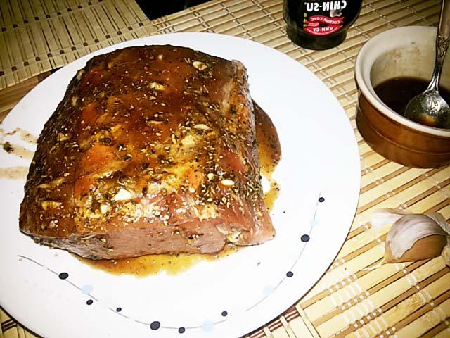 Буженина под маринадом из меда и соевого соуса, запеченная в рукаве фото