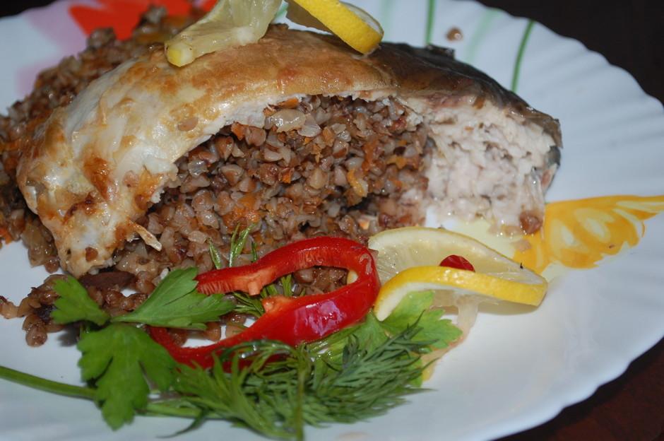 Запеченная рыба, фаршированная гречневой кашей фото