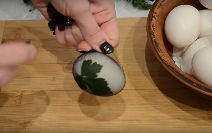 Как красить яйца в луковой шелухе с кружевным рисунком фото