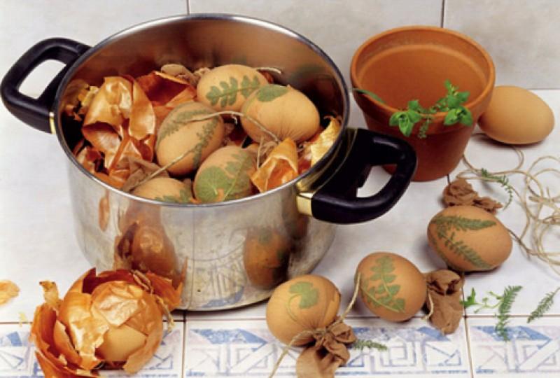 Как покрасить яйца на Пасху в луковой шелухе фото