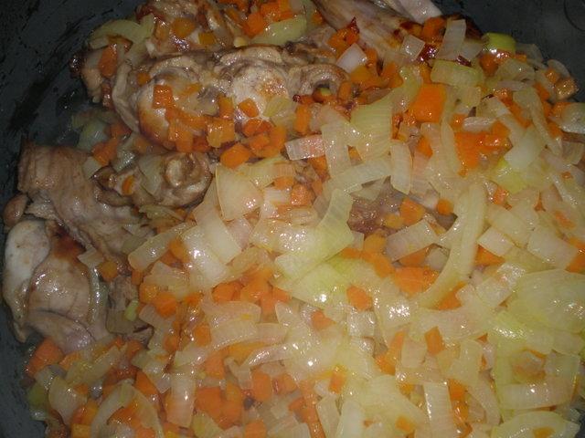 Как приготовить мясо зайца тушенное с луком и морковью в мультиварке фото