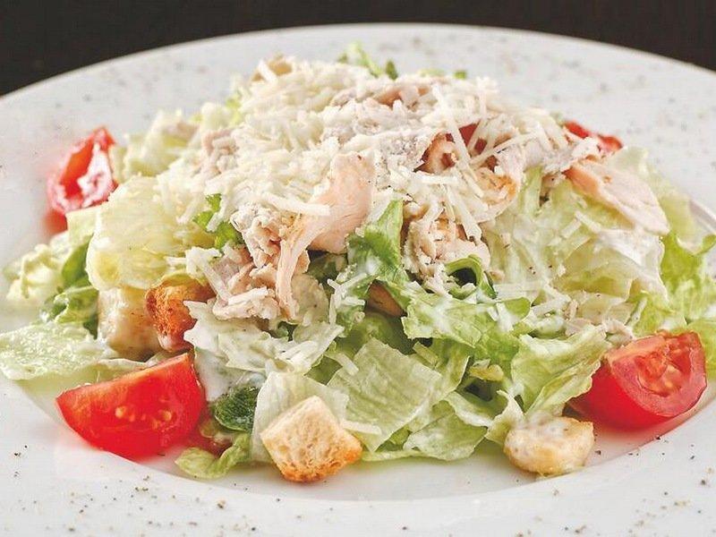 Классический простой рецепт салата Цезарь с помидорами и майонезом фото
