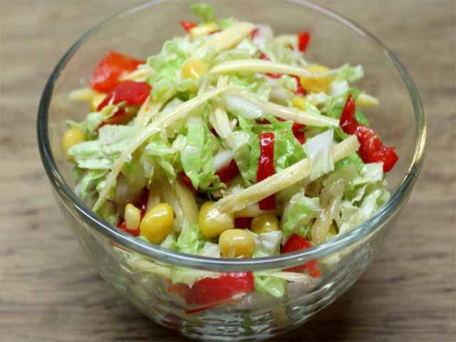 Овощной салат «Нежность» с консервированной кукурузой фото
