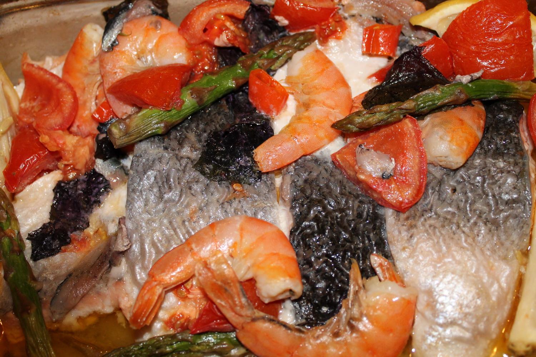 Рыба, запеченная в духовке с креветками и авокадо в сливках фото