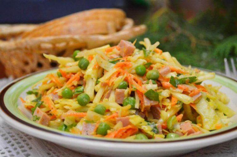 Салат из капусты с морковью и зеленым горошком фото