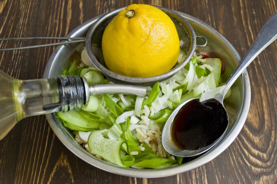 Салат с лимонным соком и соевым соусом фото