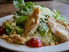 Цезарь с курицей и сухариками в домашних условиях — 7 классических рецептов