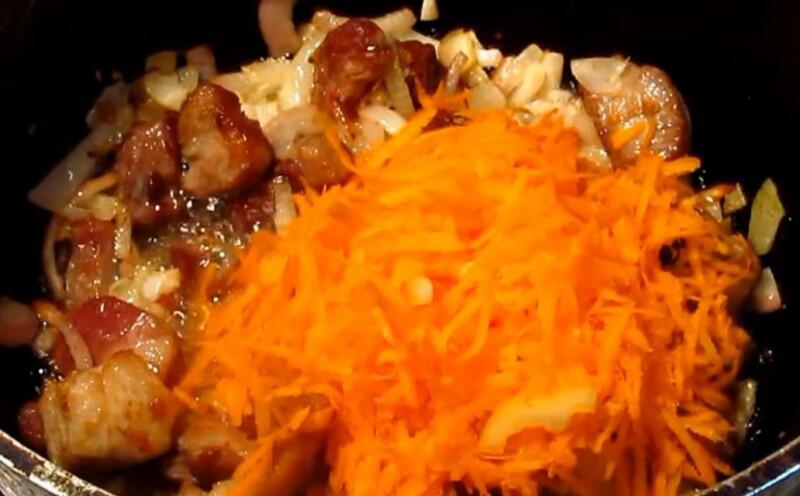 Гуляш из свинины с подливкой — рецепт с фото пошагово с морковью и луком фото