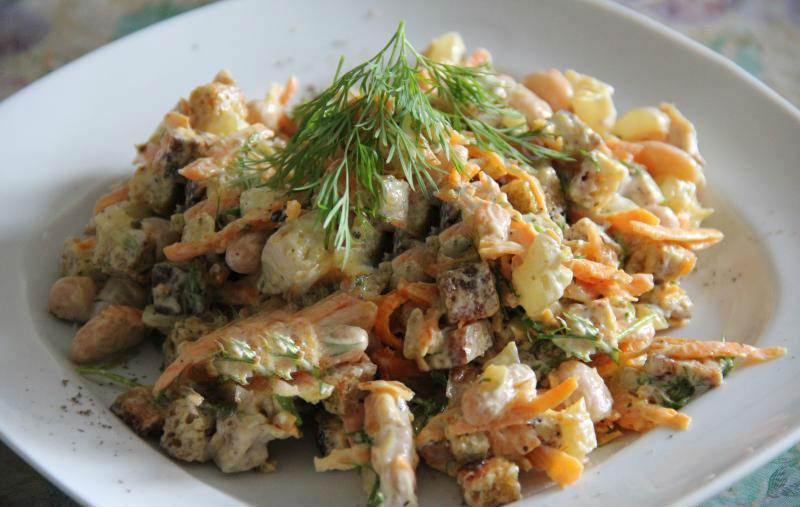 Салат с куриными сердечками, фасолью и корейской морковью фото