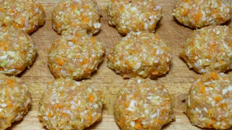 Котлеты из куриного фарша с капустой и морковью на сковороде рецепт