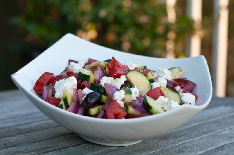 Греческий салат с орегано, укропом и мятой фото