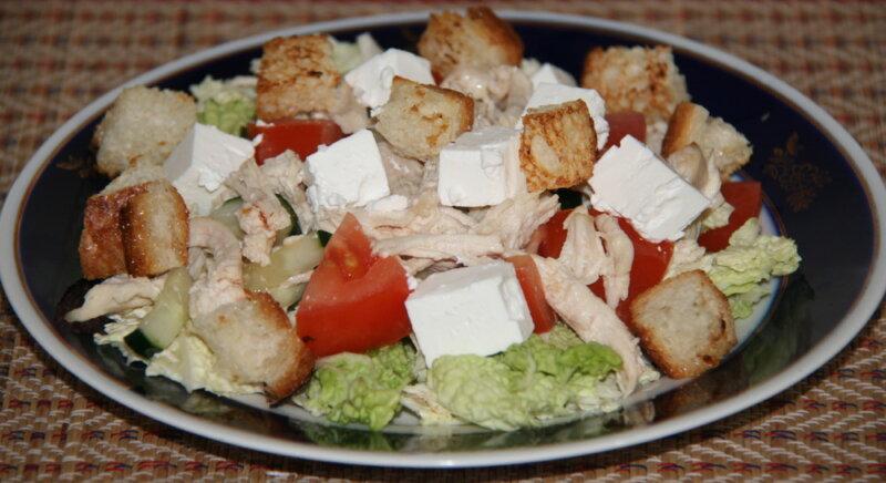 Греческий салат с сухариками и курицей — классический рецепт с листьями салата и фетаксой фото