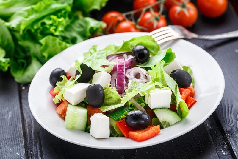 Греческий салат — классический рецепт с сыром и маслинами фото