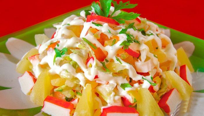 Крабовый салат из пекинской капусты и болгарского перца фото