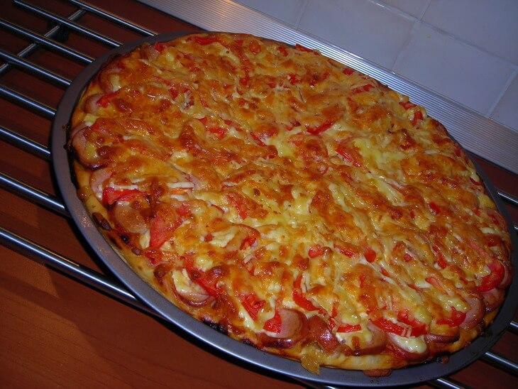 Пицца с колбасой, сосисками и ветчиной в духовке фото