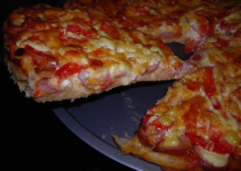Пицца с сосисками, сыром и помидорами фото