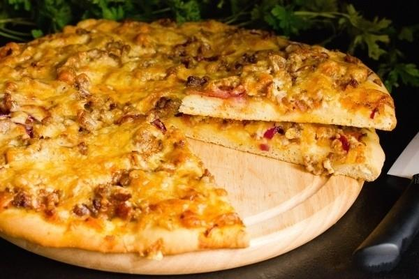 Пицца с фаршем, помидорами и сыром в духовке фото