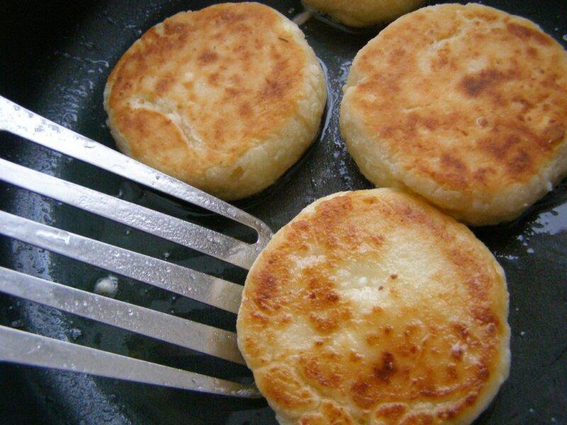 Простые сырники из творога на сковороде фото
