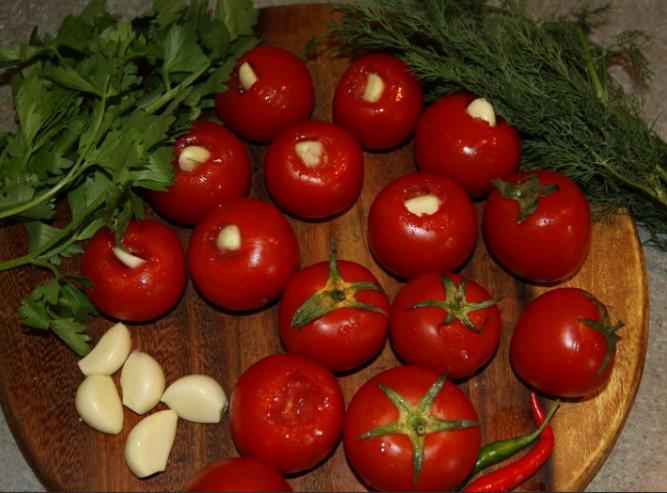 Быстрые маринованные помидоры с чесноком и зеленью фото