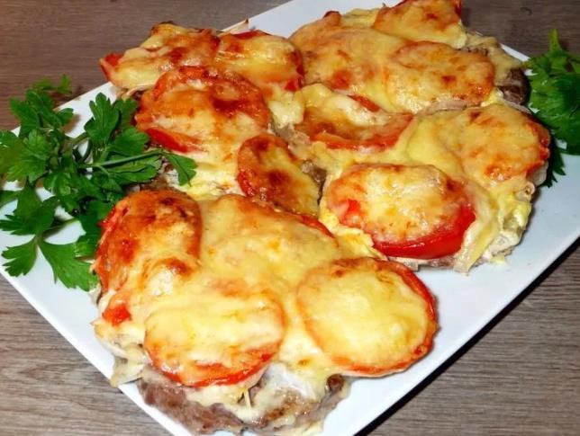 Мясо по-французски с помидорами и сыром фото