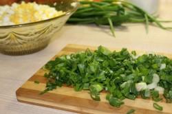 Мелко нарезать зелёный лук