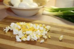 Нарезать кубиками сваренные яйца