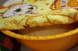 Положить тесто в ёмкость и накрыть полотенцем