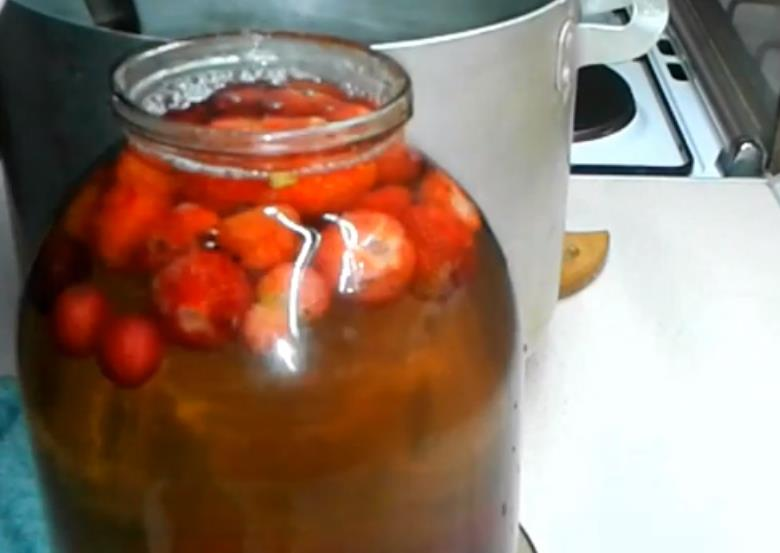После готовым кипятком вновь залить ягодки в баночках