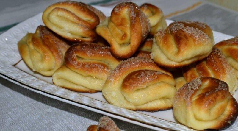 Сахарные булочки из дрожжевого теста фото