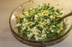 Смешать нарезанные яйца с зеленью