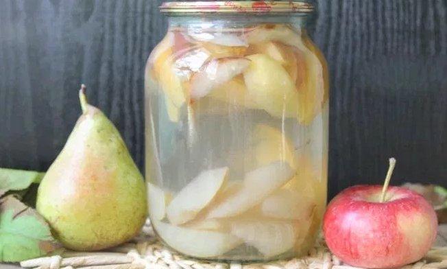 Ароматный компот из свежих яблок и груш фото