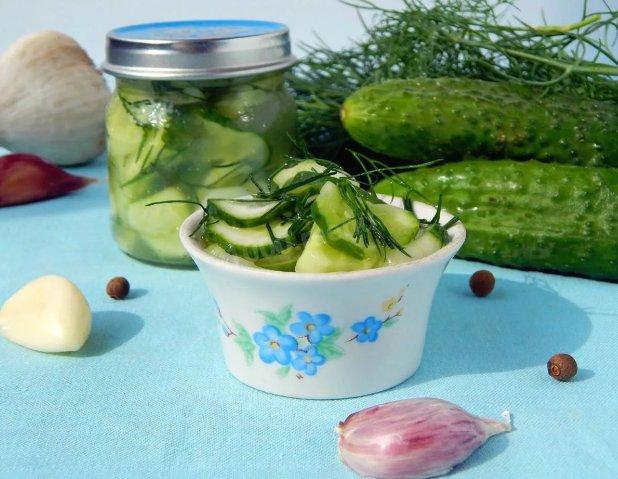 Вкусный салат из огурцов на зиму с чесноком фото