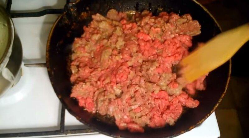 Готовый фарш посолить и обжарить на сковороде