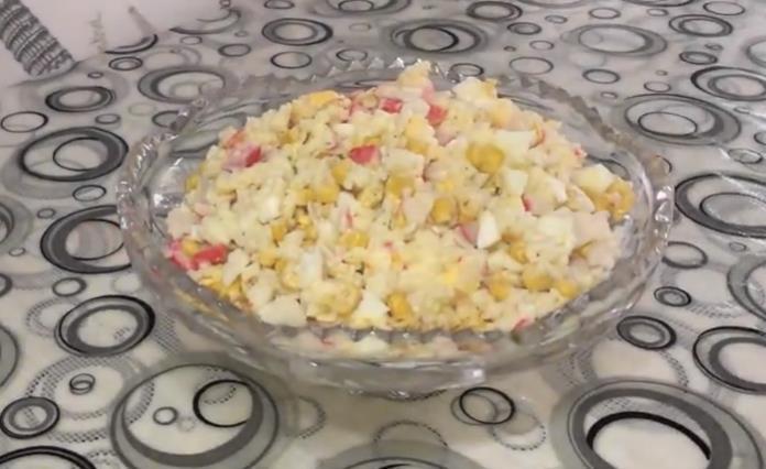 Классический рецепт салата с крабовыми палочками и кукурузой