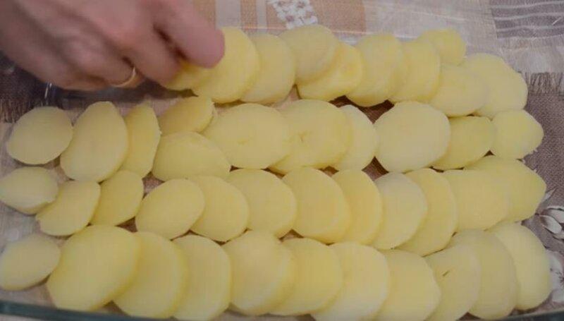 Первый слой выкладываем картофелем