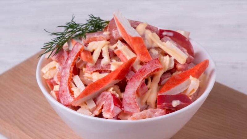 Салат «Красное море» с крабовыми палочками и сладким перцем