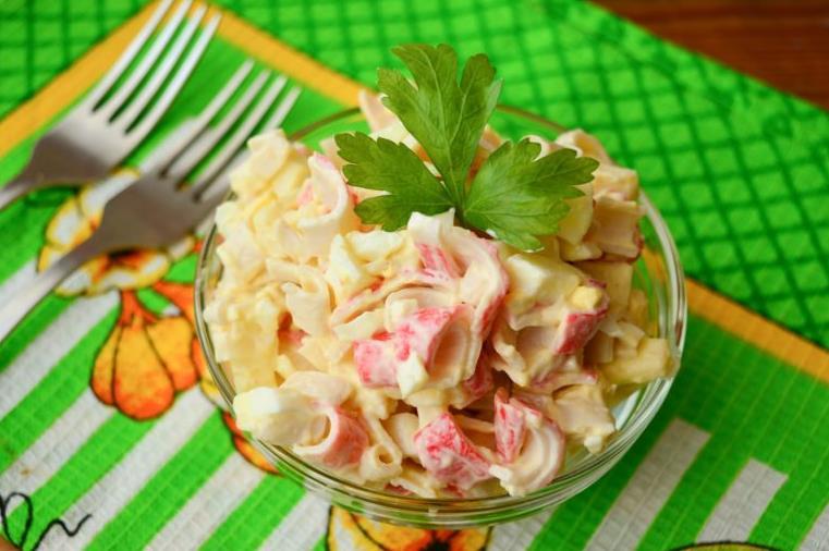 Салат с крабовыми палочками без кукурузы с солеными огурцами