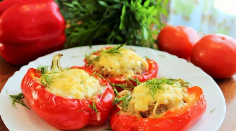 Фаршированные перцы в духовке (половинками) — рецепт с помидорами и сыром фото