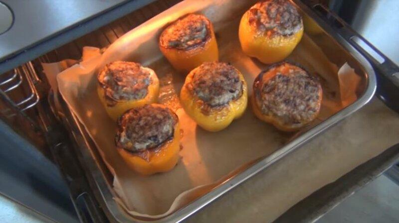 Фаршированные перцы с фаршем запеченные в духовке фото