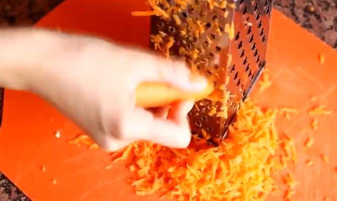 Потереть морковь