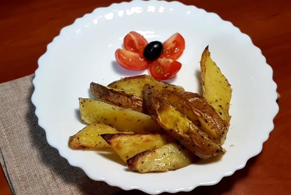 Простой рецепт приготовления картошки по-деревенски в рукаве