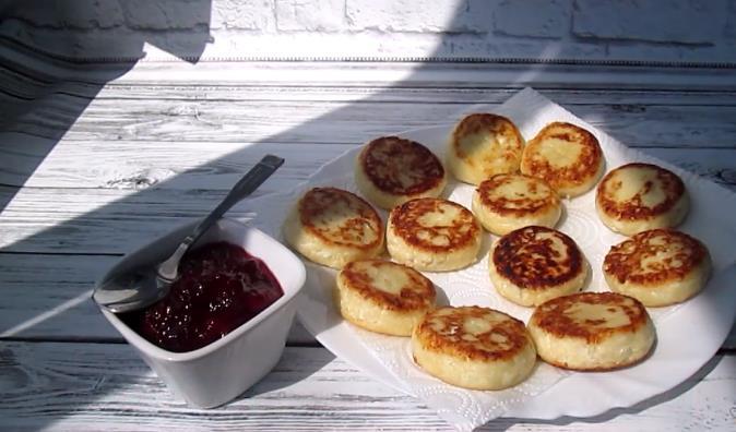 Рецепт пышных сырников из творога с манкой как в садике